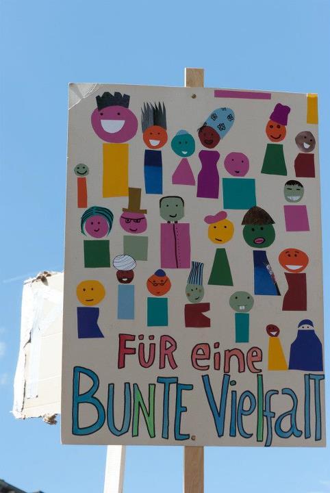 """""""Por una diversidad multicolor"""", escribió un manifestante en esta marcha antinazi de 2012. """"¿Demasiada multiculturalidad para tu gusto?"""", pregunta hoy el AfD."""