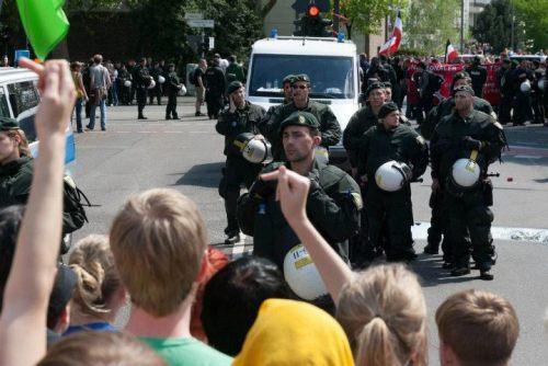 Más de 2.000 policías de tropas especiales bloqueaban varias cuadras a la redonda en torno a la estación y la ruta.